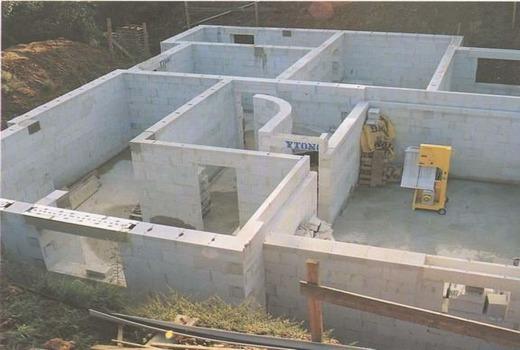 Вид сверху на готовые стены дома