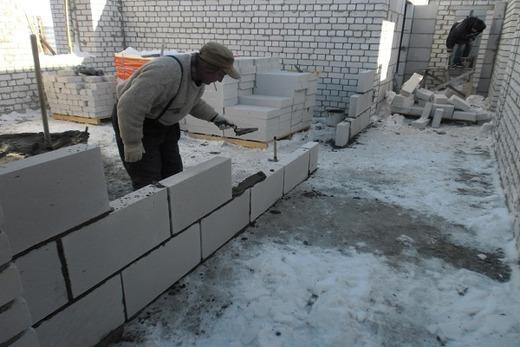 Укладка блоков строителем
