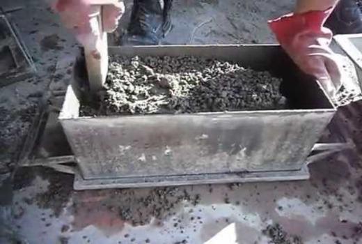 Процесс укладки сырья в форму