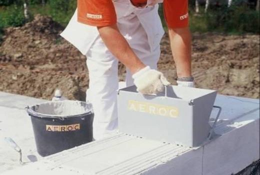 Использование клея при кладке блоков