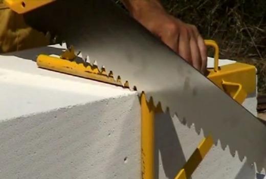 Распиливание блока пилкой