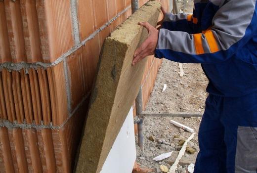 Укладка блока на внешнюю стену