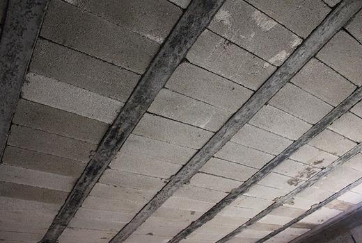 Нанесение средства от грибка на внутреннюю сторону потолка