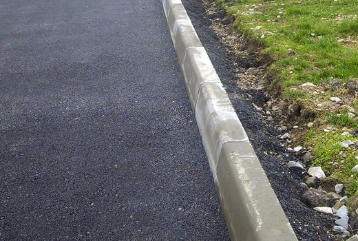 бордюр на бетоне