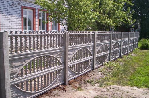 Готовый забор возле дома
