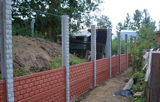 Установка забора из бетонных панелей