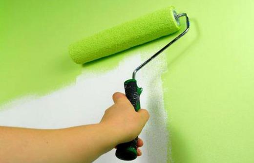 Покраска стены валиком