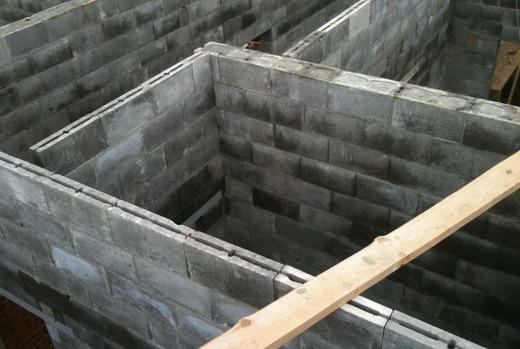 Стеновые бетонные блоки на стройке