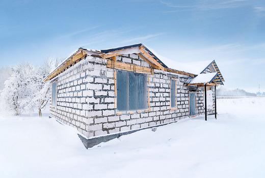Достоинства и недостатки строительства зимой