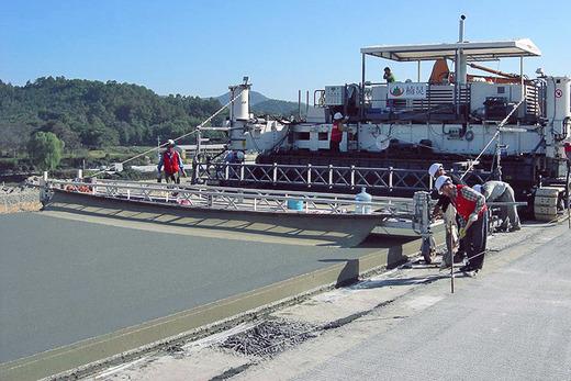 Укладчик бетона в процессе работы