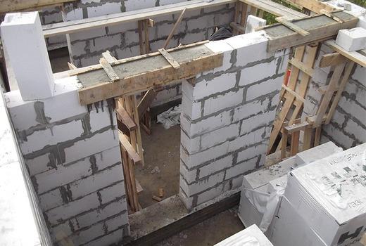 Закладка из металла, установленная во время строительства стены