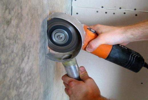 Прорезывание канавок в газобетонном материале.