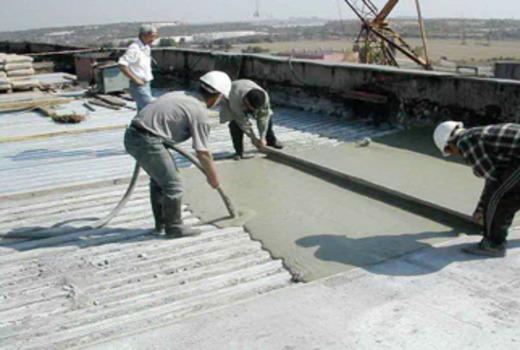 Подготовка к застыванию бетонной плиты