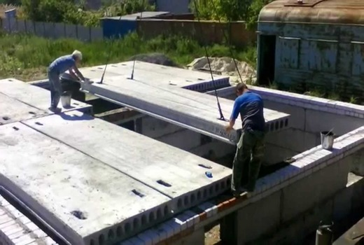 Укладка плит перекрытия на керамзитобетонные блоки