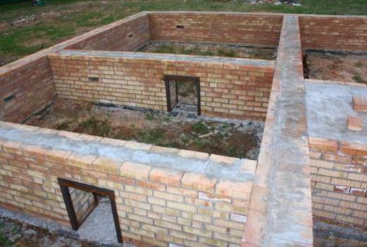 После строительства стенки хорошо просушивают