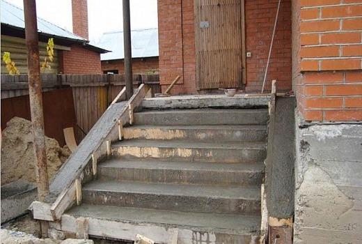Обустройство опалубки и оборудования лестницы