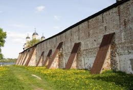 Укладка первого ряда подпорной стенки из фбс