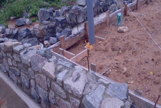 Строительство углов бутового ленточного фундамента
