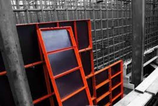 Процесс разбора конструкции мелкощитовой опалубки