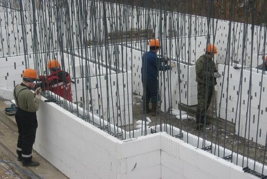 Процесс монтажа стен и фундамента из пенополистирола