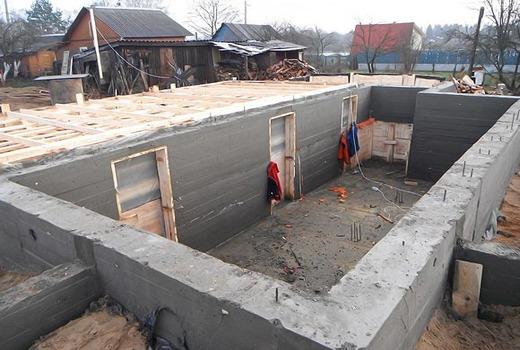 Под размещение стен устраиваются траншеи
