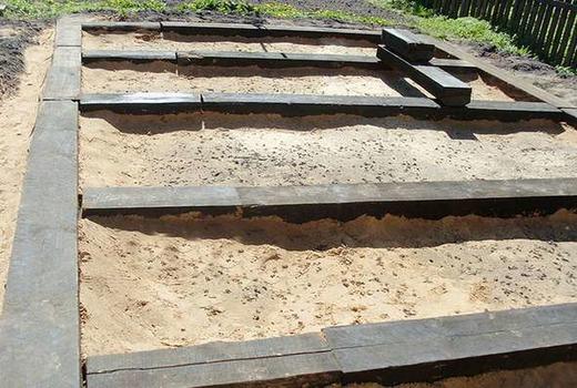 Столбовые фундаменты из железнодорожных шпал