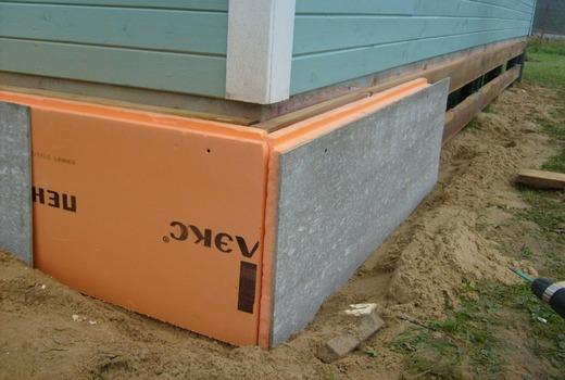 Укладывание утеплителя на стенки