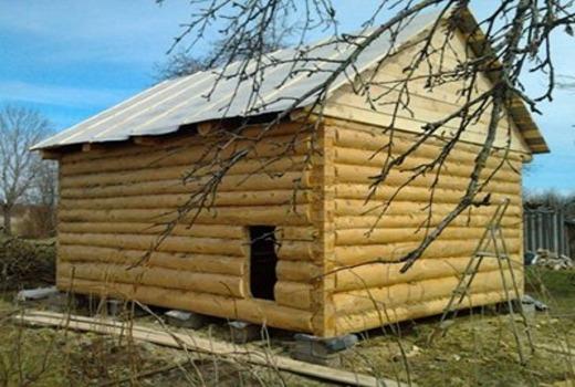 В качестве опоры используется деревянные столбы