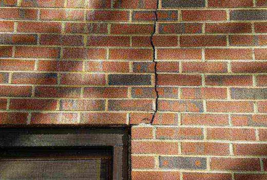 Трещина на стене дома
