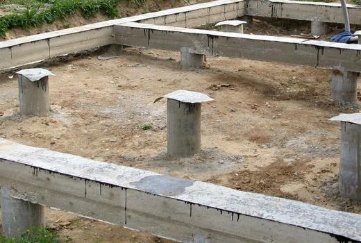 Стаканы устанавливаются на столбы и бетонируются
