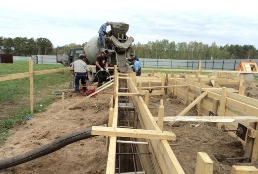 Рабочий этап бетонирования фундамента